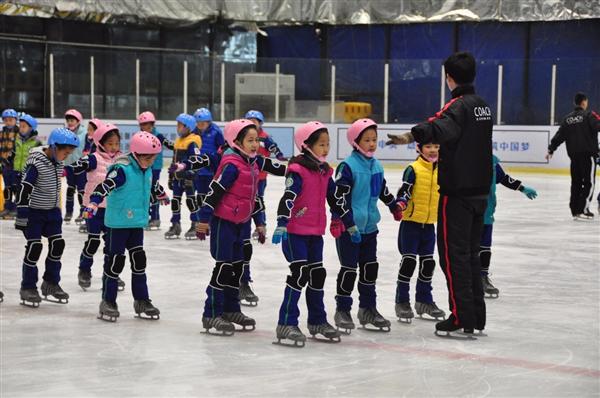 发展冰雪运动特色校 需破解场地师资问题
