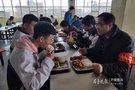 """淄博:校园陪餐制度来了 校领导和学生""""集中用餐"""""""