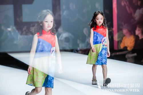 红黄蓝小朋友亮相中国国际时装周:童心绽放 最美童年